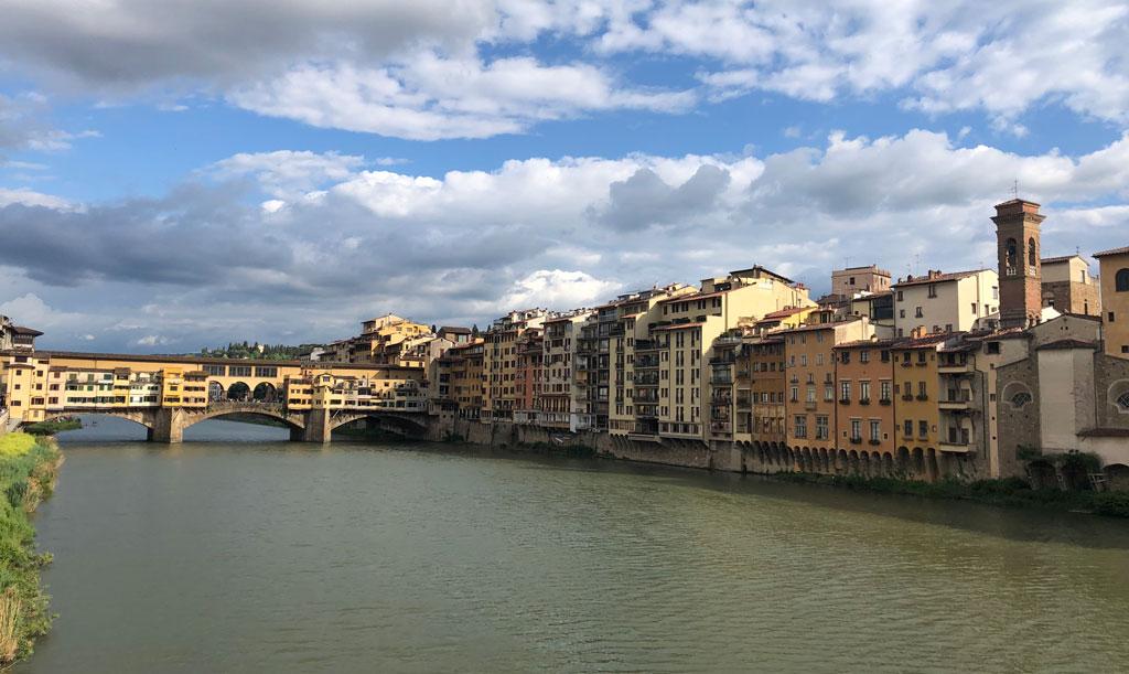 遠くに見えるのがヴェッキオ橋