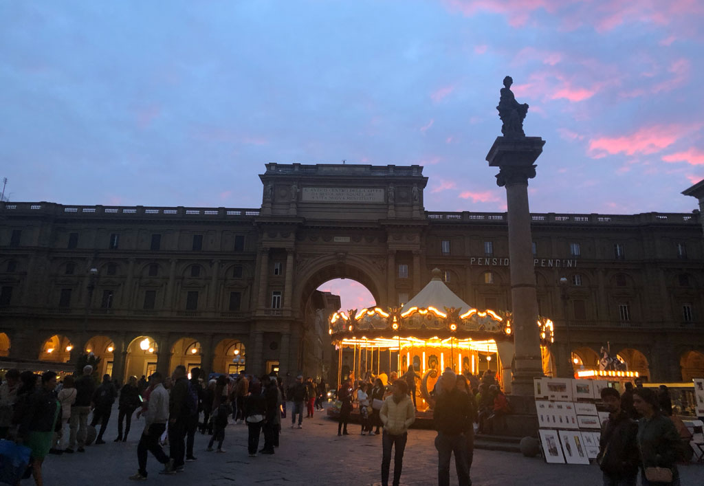 20時台のレップブリカ広場は人で大賑わい