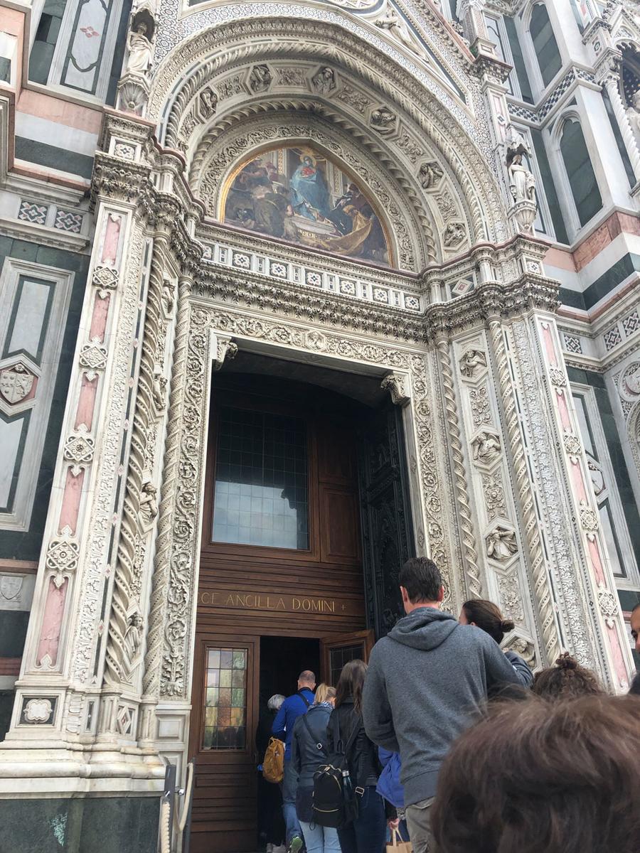 ドゥオモの入り口。繊細な彫刻にうっとり