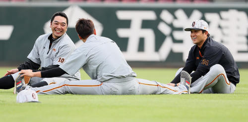 練習中、談笑する左から巨人阿部、坂本勇、高橋監督