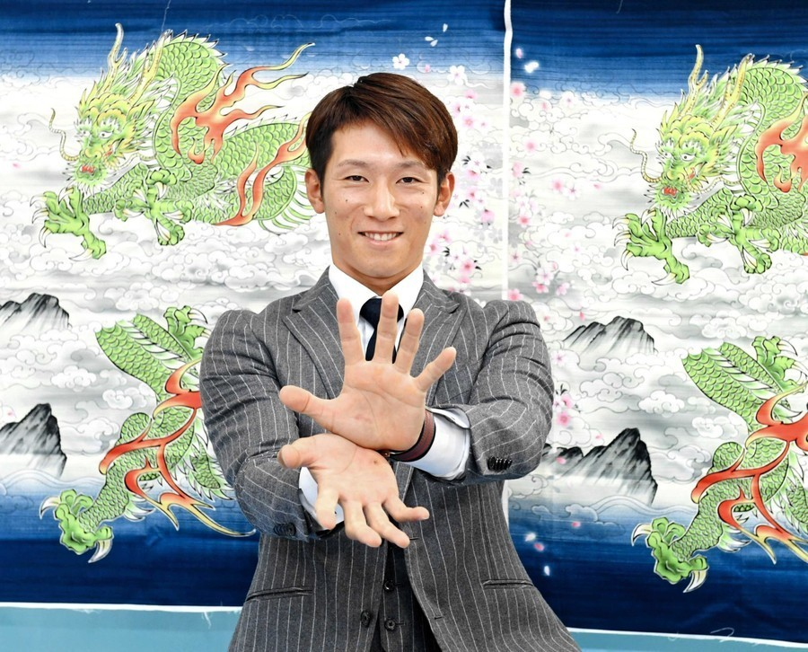 大幅アップで契約更改を終え、カメラに向かってポーズを決める西川選手