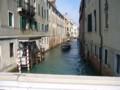 水路に佇むレトロな建物と船。何もかもが非現実的