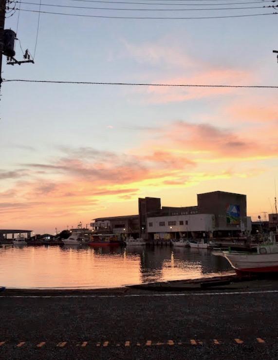 三浦半島の夕日を見届ける