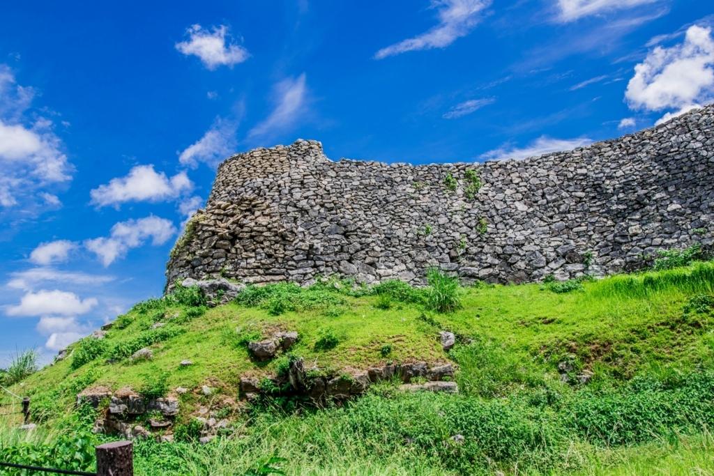 沖縄の世界遺産「今帰仁城跡」歴史が桜を美しく見せる