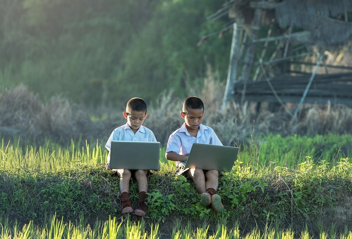 pcで勉強するふたりの子供