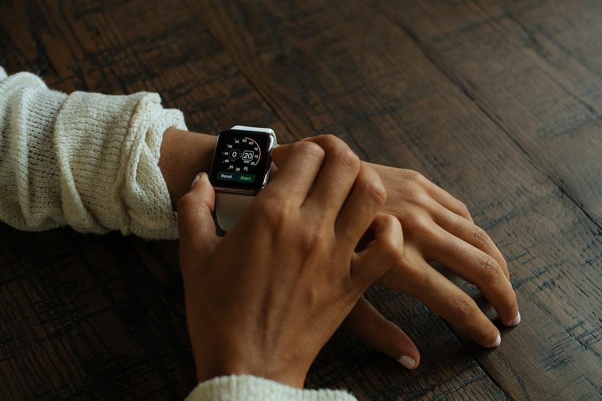 腕時計を確認する