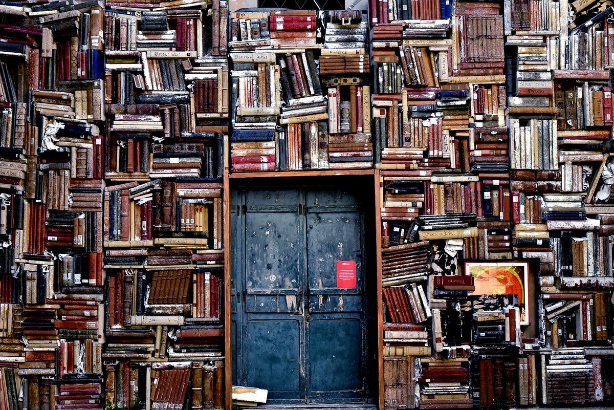 本と図書館への重そうな扉
