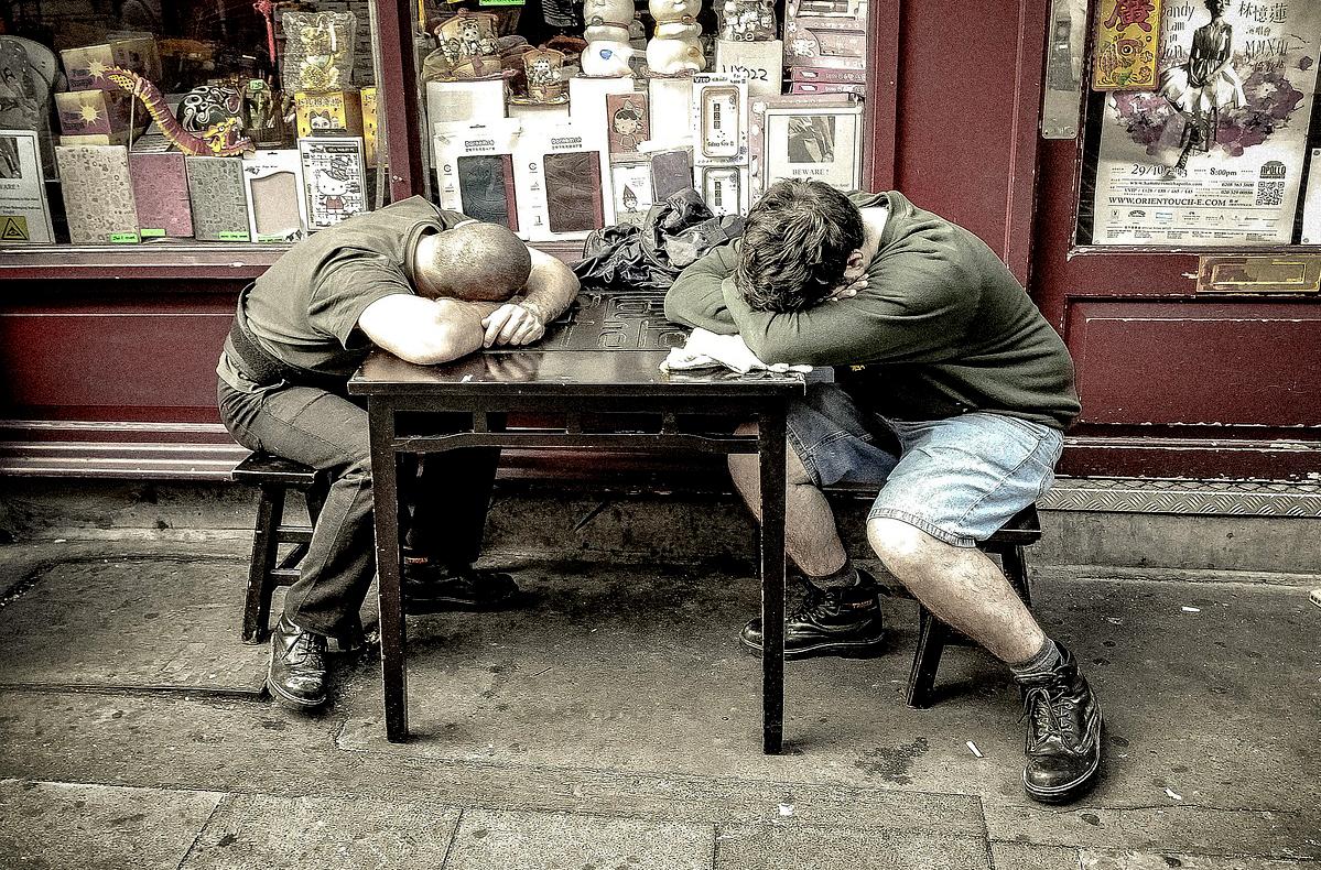 居眠りするふたりの人