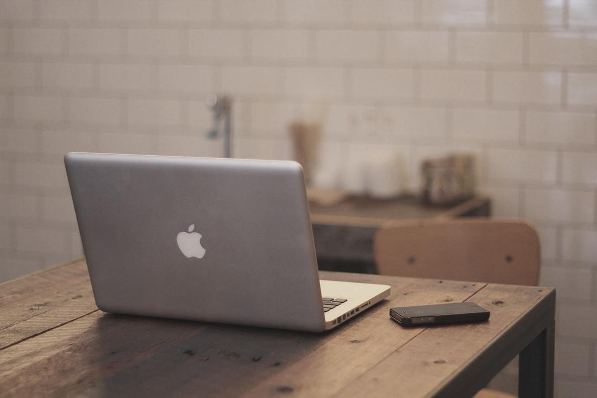 デスクに置いてあるMacBook