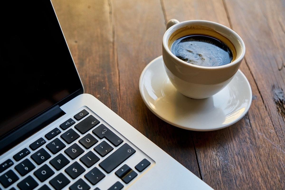 テーブルの上のPCとコーヒー