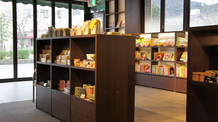 Tutti店内の雑貨・絵本コーナー
