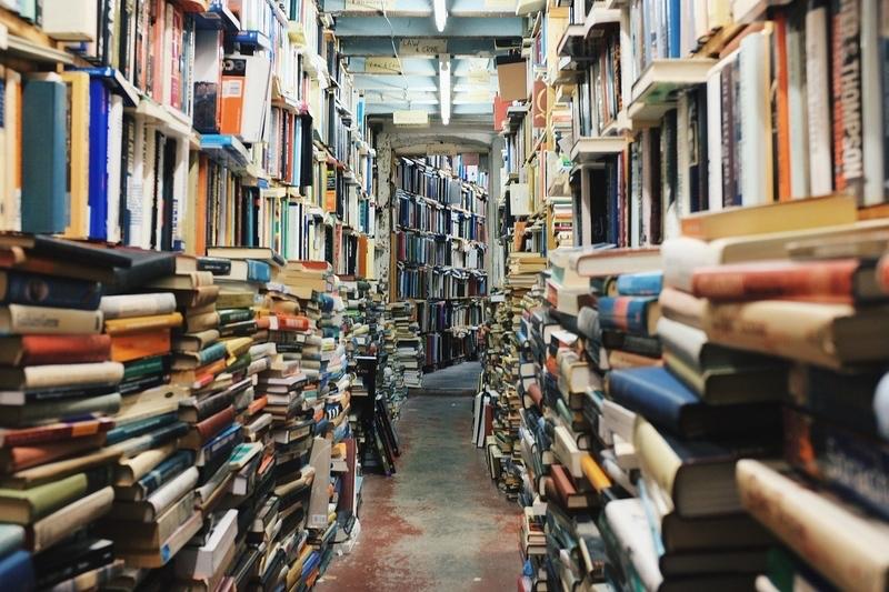 本棚とたくさんの積まれた本