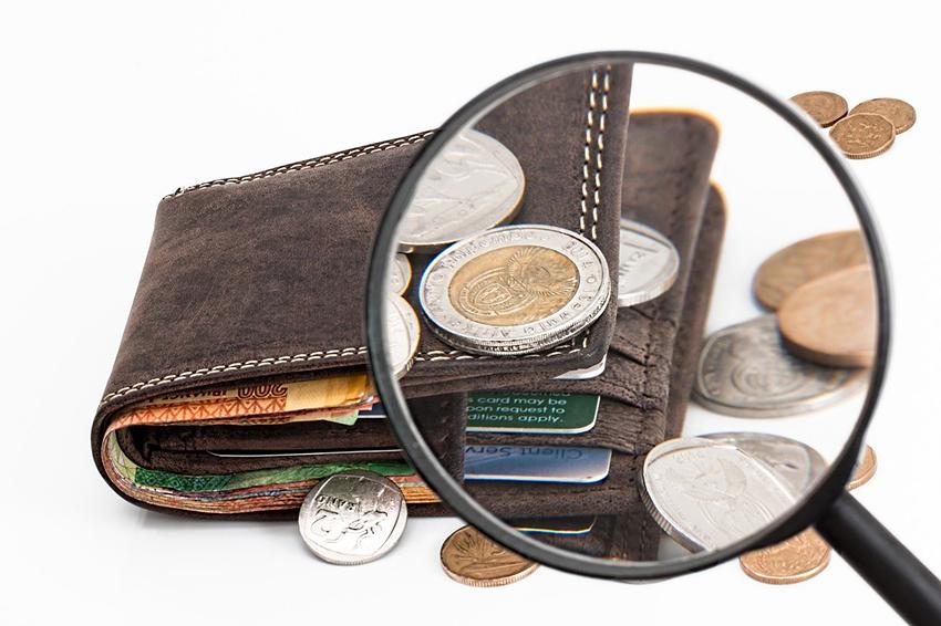 お財布とお金をルーペで確認するイメージ