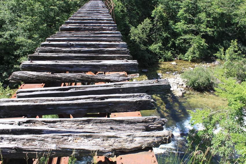 手前部分が壊れている木製の橋