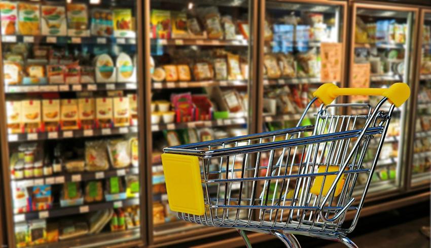 スーパーマーケット店内と買い物カート