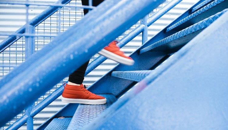 階段を駆け上がる人