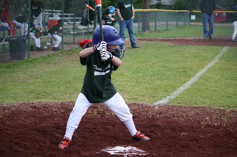 バッターボックスで構える野球少年