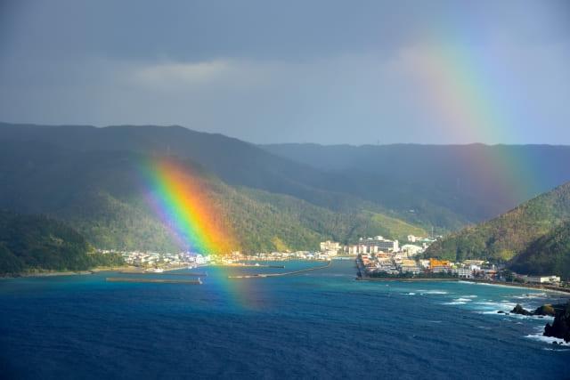 梅雨の晴れ間の海に虹がかかる