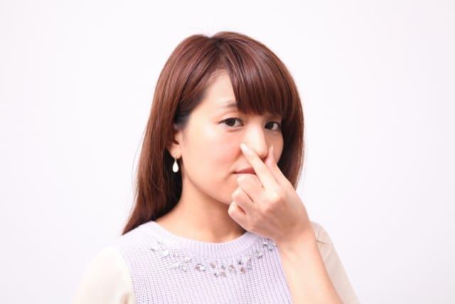 鼻をつまむ