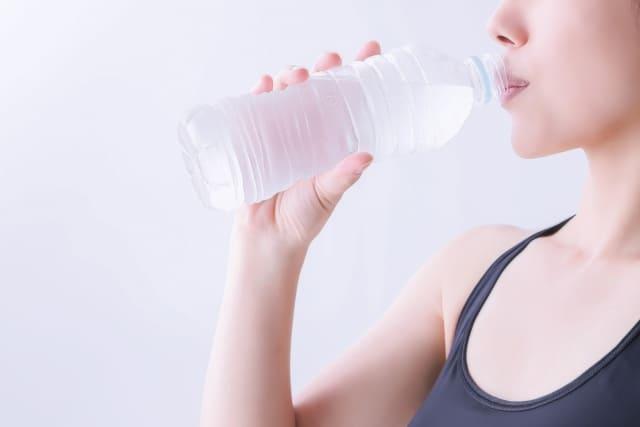 水、ではなくツバを飲み込む