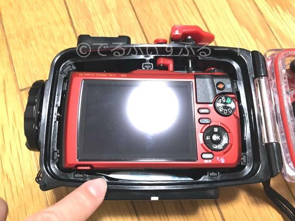 シリカゲルはカメラの下部分にピッタリ入る