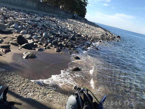 ビーチエントリーの様子 ごろた石と砂浜