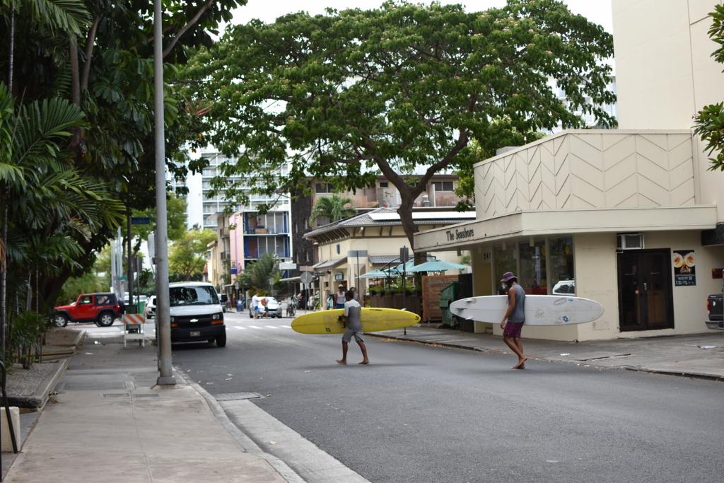 街を歩くサーファー