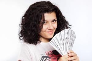 炎上商法が見事に成功し、大金を手にしてほくそ笑む女性のイメージ