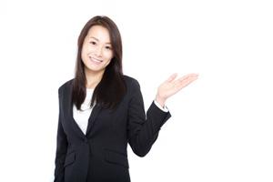 ネットビジネスのうちの一つ広告モデルについて説明を始めるスーツ女子