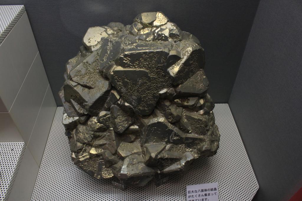 金色っぽい岩石