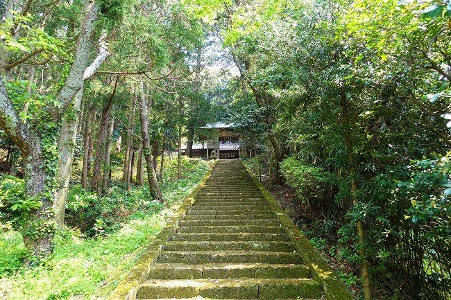 高田山のふもとにある高田神社の階段