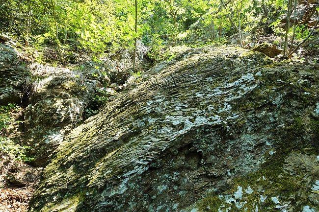 細かい亀裂の入った岩