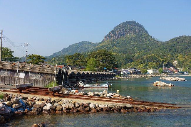 高田山を背景に並ぶ舟小屋群