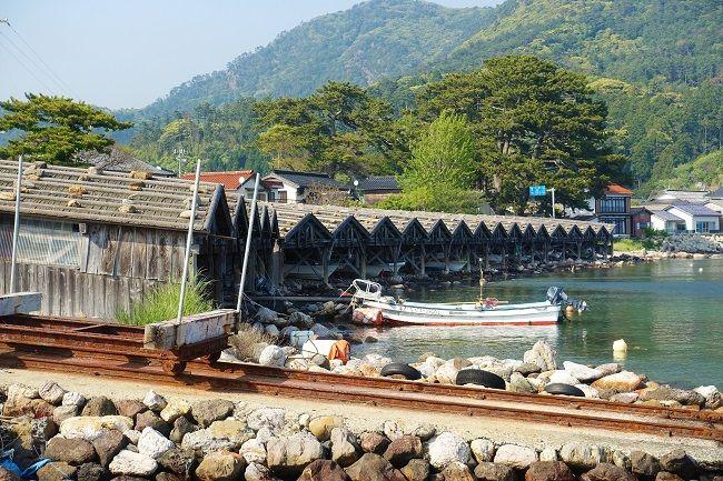 近くから写した舟小屋群