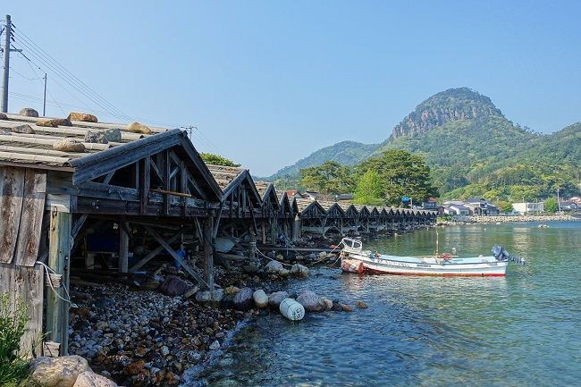 美しい海辺に並ぶ舟小屋群