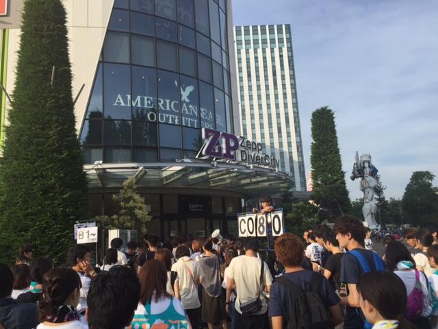 Zepp DiverCity東京への入場を待つフレデリックファン達の画像