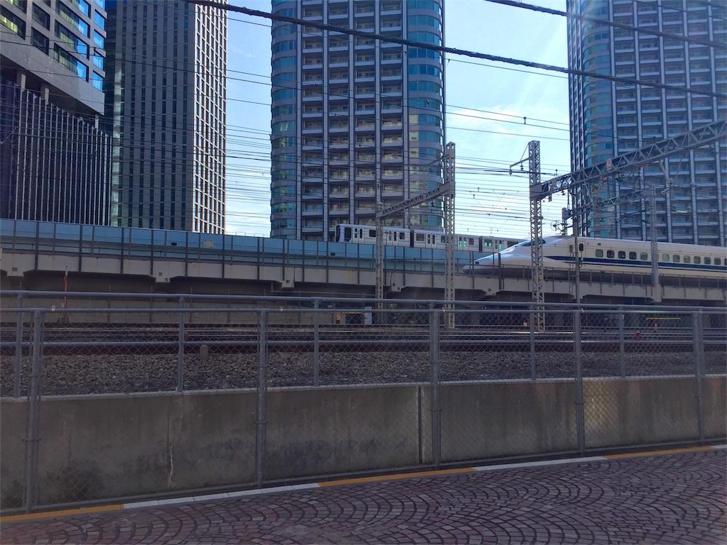 新橋と汐留の間から見た新幹線の写真