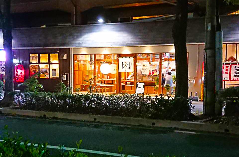 ちょっとした飲み屋やご飯屋さんが並んでいる一角