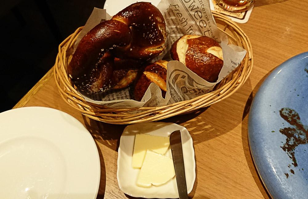 「手作りドイツパン盛り合わせ」と「エシレバター」