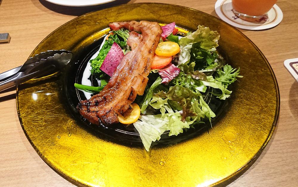 「梶並さんのサラダ+ベーコンのせ」