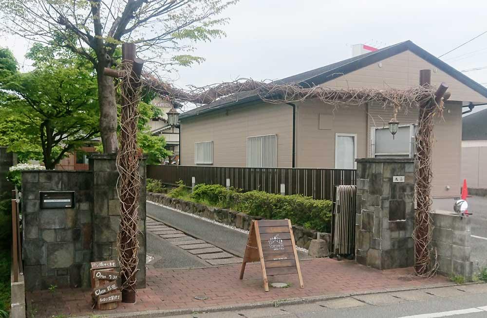 お店はJR長者原駅から出て、100mほど歩いた便利な場所