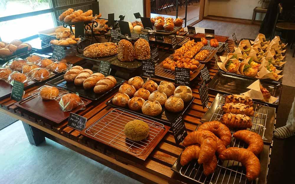 左手に食パン以外のパンのスペース