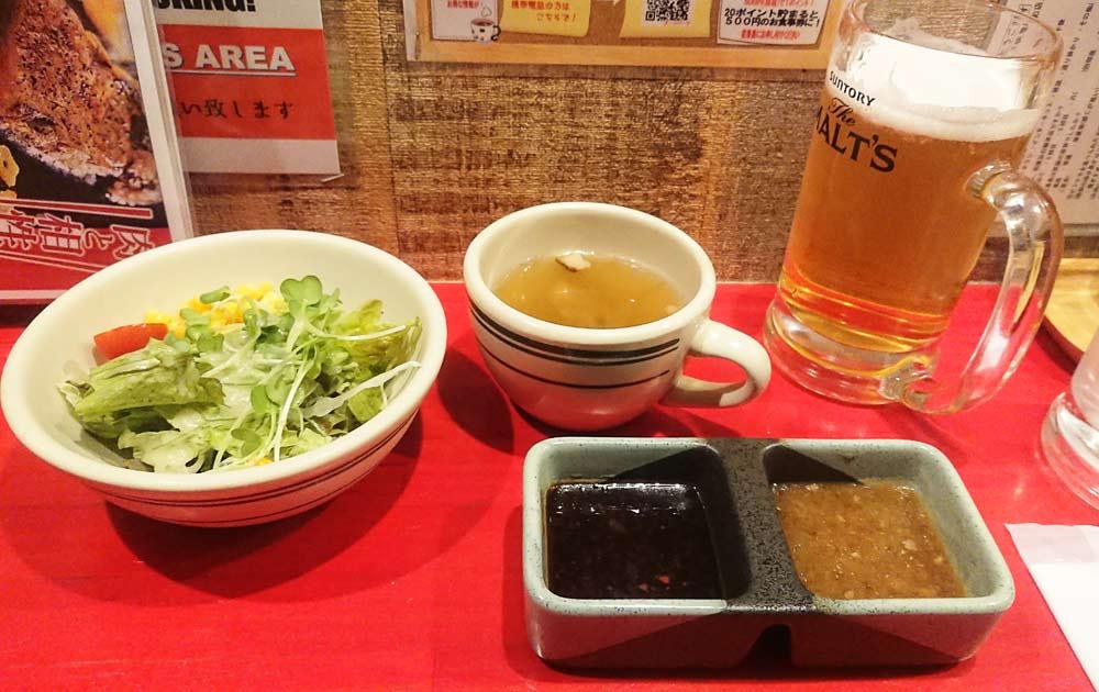 最初にスープ(コンソメスープ)とサラダ、ステーキにつけるタレ