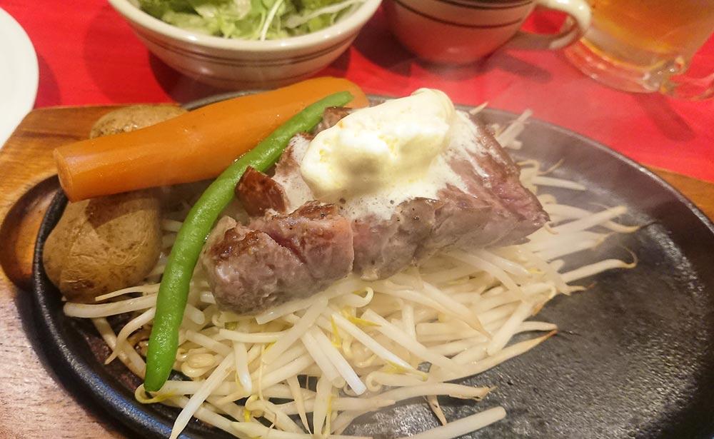 ステーキは鉄板にのって出て、鉄板の端の方は空いている