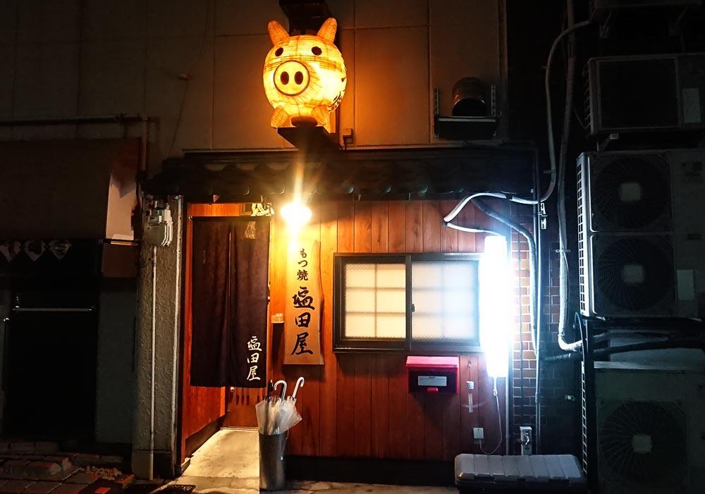 大きく目立つ豚の提灯