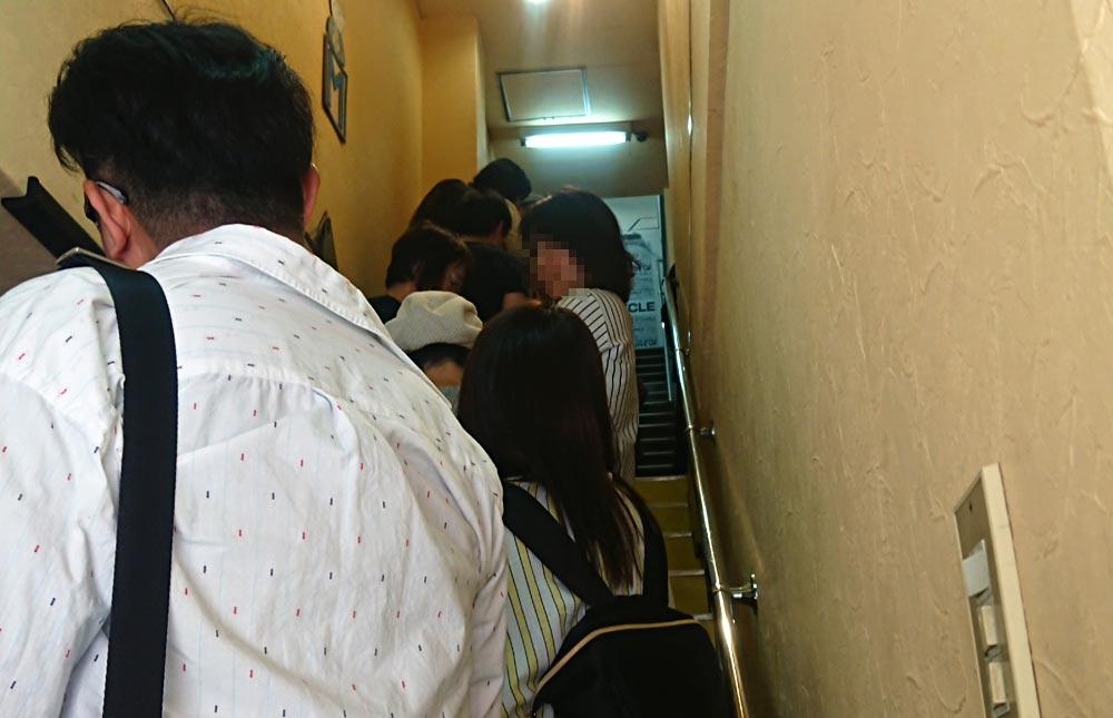 お店に続く階段は既に行列