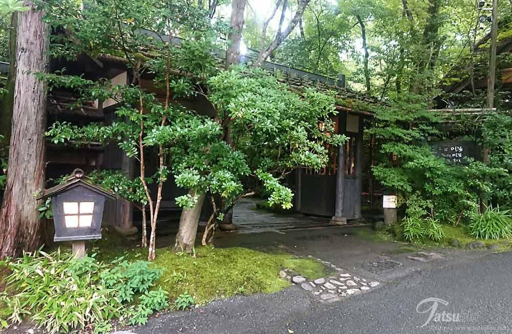 木々に囲まれた入り口