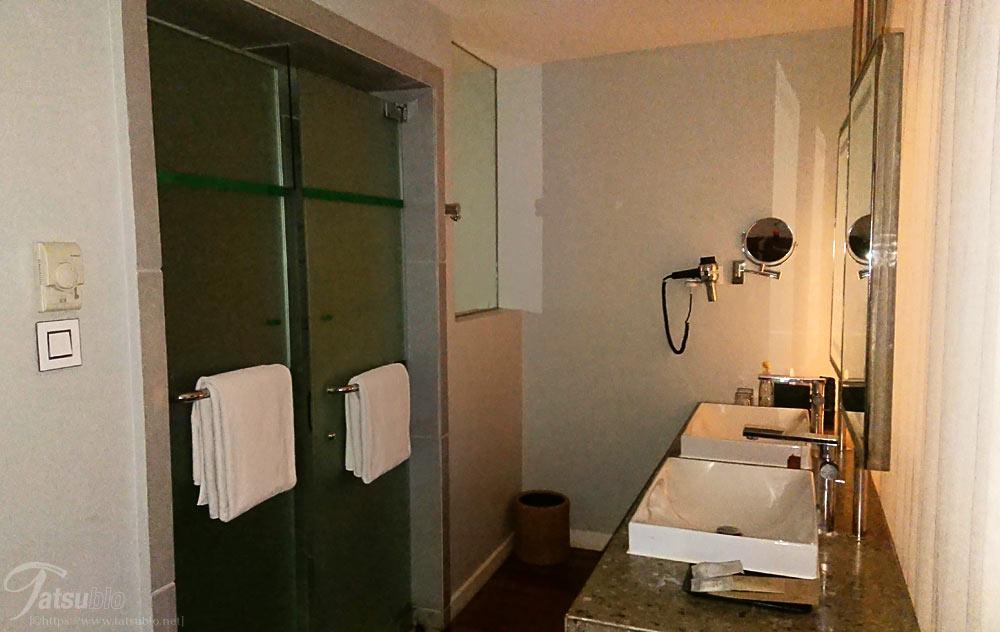 ホテルの部屋の洗面台
