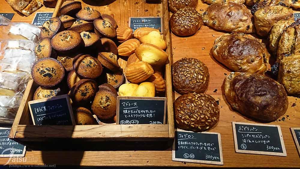所狭しとパンが並べられています