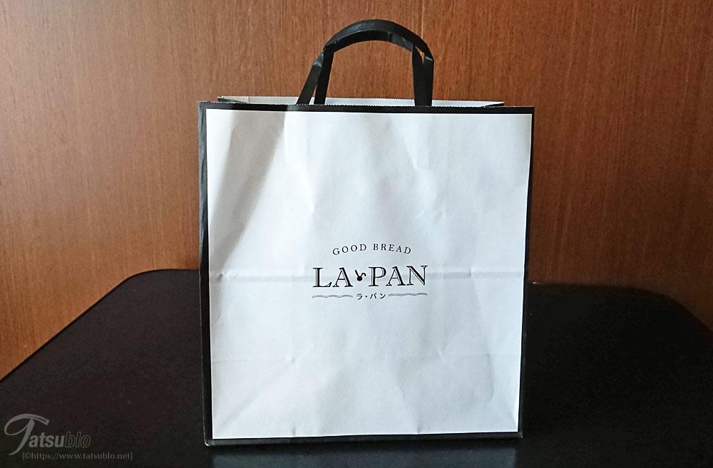 紙袋はこんな感じ、モノトーンでシンプル